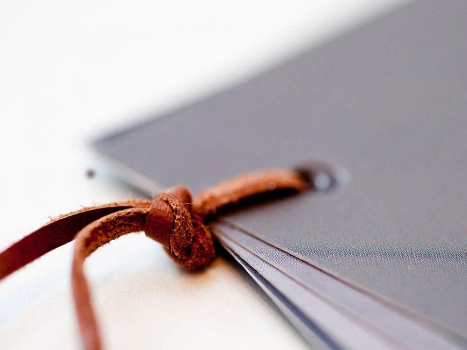 SKRUFF Designagentur Werbeagentur Rosenheim Projekte Print Design detailreicher Katalog Echtleder Detailfotografie
