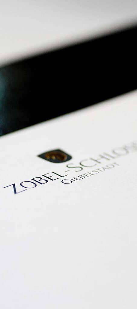 SKRUFF Designagentur Werbeagentur Rosenheim Projekte Print Design Zobel-Schloss Giebelstadt Heißfolienprägung