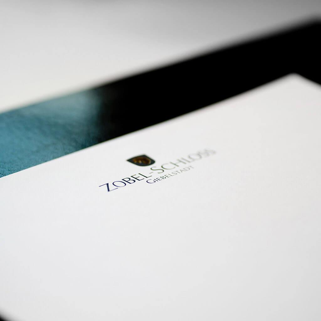 SKRUFF Designagentur Werbeagentur Rosenheim Projekte Print Design Zobel Schloss Giebelstadt Heissfolienpraegung